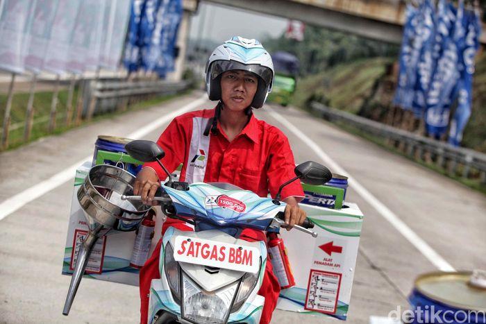 Satgas BBM melintas di Rest Area Tol Cipali, KM 102, Rabu (6/6/2018).