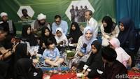 Keluarga ini mengaku senang bisa mengadakan acara tersebut. Foto: Hanif Hawari/detikHOT
