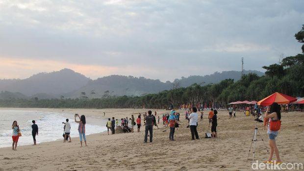 Pantai Pulau Merah, salah satu tempat terbaik menikmati sunset di Banyuwangi