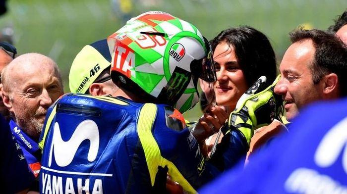 Valentino Rossi dan Francesca Sofia Novello usai sesi kualifikasi MotoGP Italia (Foto: TIZIANA FABI/AFP)