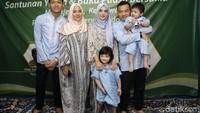 Kompaknya keluarga Asix. Foto: Hanif Hawari/detikHOT