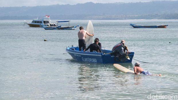 Turis siap-siap main surfing di Pantai G-Land, Banyuwangi