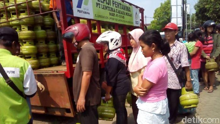 Foto Warga antre membeli elpiji 3 kg di pasar murah di Kudus. Foto: Akrom Hazami/detikcom