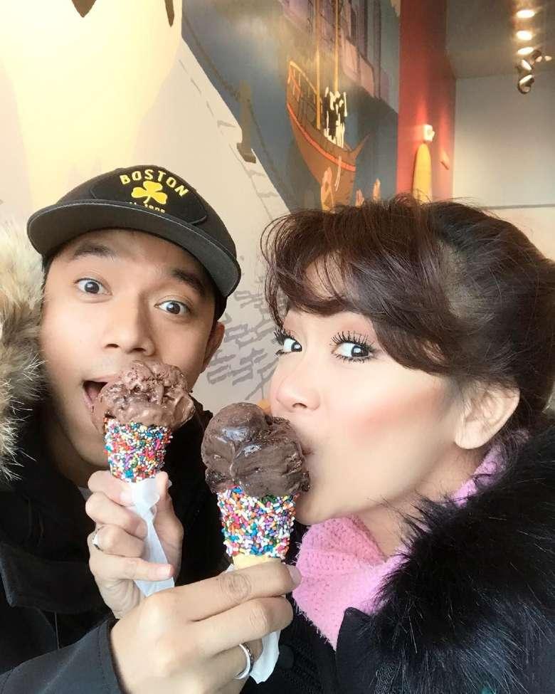 Bahagiaku, tulis mantan pesinetron ini sambil melahap es krim cokelat. Sheza kini juga tengah mengandung anak pertama. Foto: Instagram shezaidris