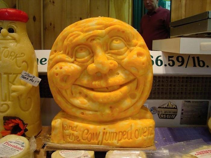 Ada yang tahu ini bentuk apa? Karya seni keju ini berbentuk wajah lengkap dengan mata, hidung dan mulut yang sedang tersenyum. Kira-kira dibutuhkan berapa kilogram keju ya? Foto: Istimewa