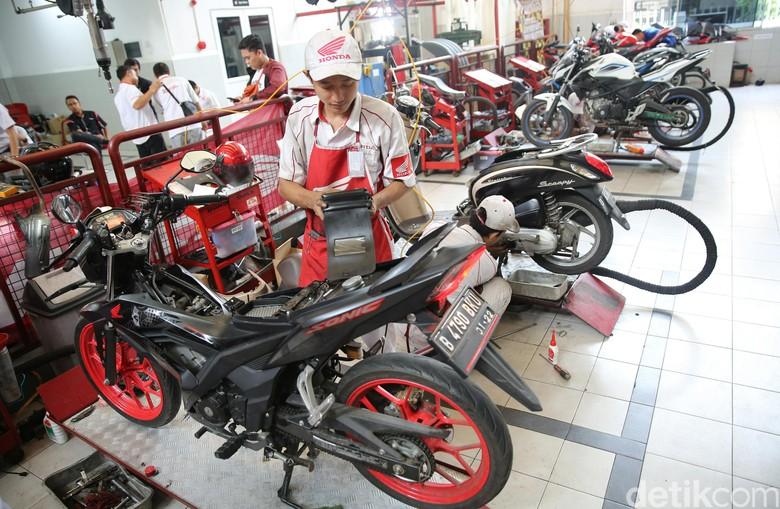 Ilustrasi servis motor. Foto: Agung Pambudhy