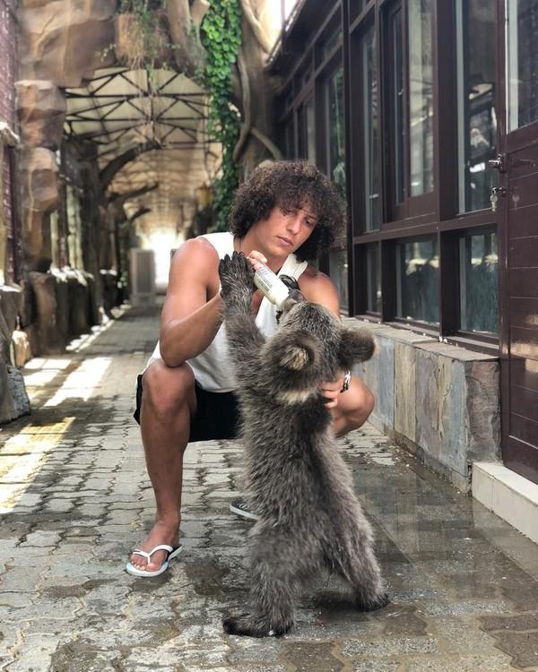 Tak hanya jerapah, David Luiz bahkan memberi beruang kecil ini susu botol. (Instagram/David Luiz)