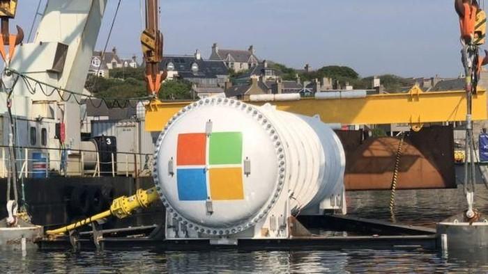 Logo Microsoft pada sebuah tabung besar yang berisi server bawah laut. Mereka mengklaim pihaknya tidak punya saingan di sektor hybrid cloud. Foto: BBC