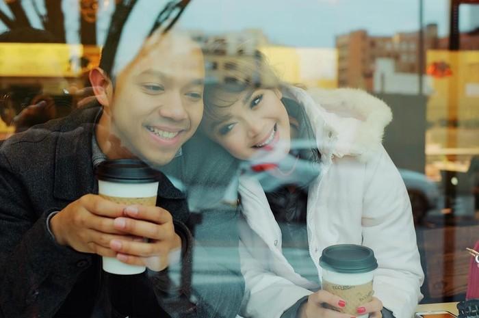 Tinggal di Boston, Amerika Serikat, Sheza menemani suaminya bekerja di sana. Mereka pun terlihat minum kopi bersama untuk menghalau cuaca dingin. Romantis! Foto: Instagram shezaidris
