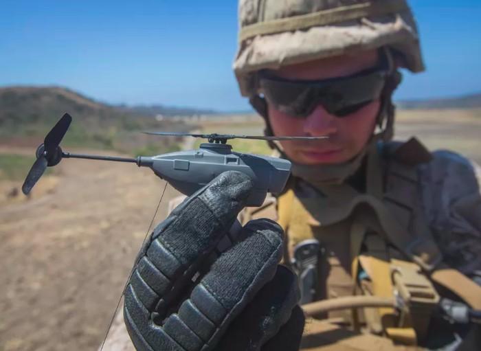 Drone militer ini terlihat seukuran jari orang dewasa. Foto: Cnet