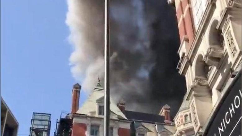 Foto: Asap Hitam yang Membubung di Hotel Mandarin Oriental London