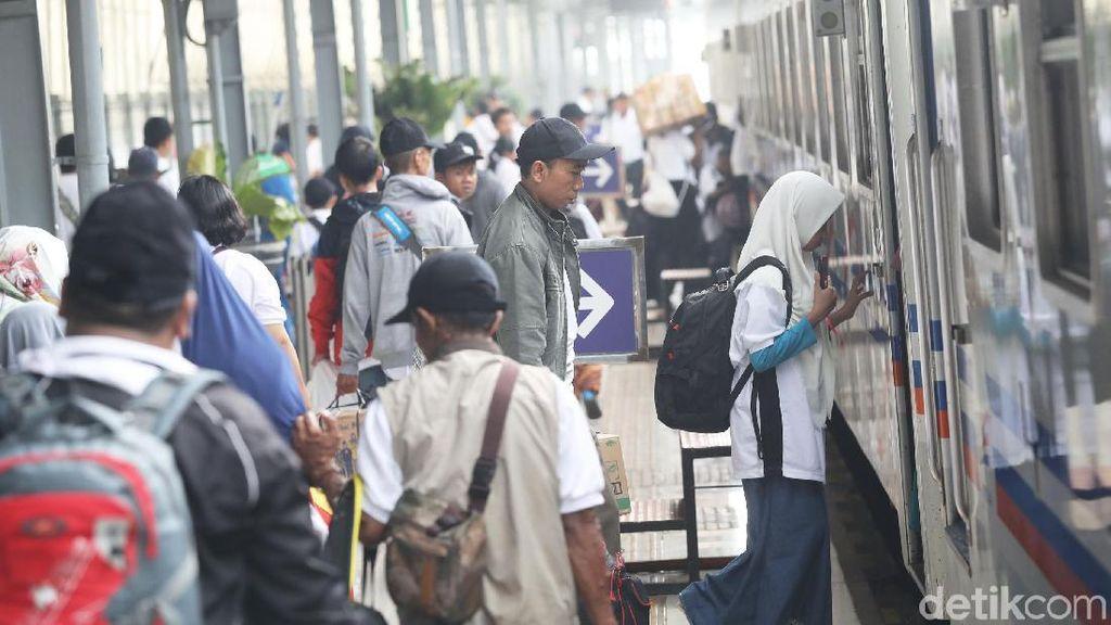 79 Kereta Api Berangkatkan 44.820 Pemudik dari Jakarta Hari Ini