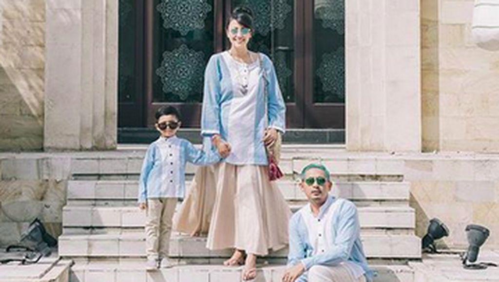Kompaknya Keluarga Ryan Delon Saat Pakai Baju Kembaran