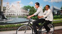 Saat Jokowi Bonceng Sepeda Jokowi di Bandara Ahmad Yani