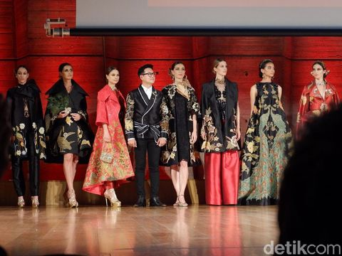 Beban Moral Denny Wirawan Gelar Fashion Show di Paris