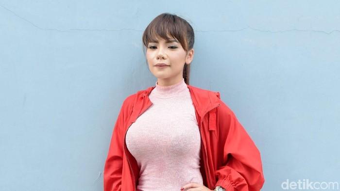 Dinar Candy yang mengalami begal payudara, ia menyebut pelakunya bocah belasan tahun. Foto: Noel/detikHOT