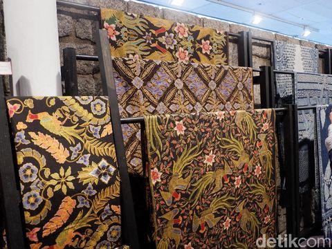 fashion show Batik For The World di paris