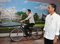 Jokowi melirik replika dirinya di Bandara Ahmad Yani.