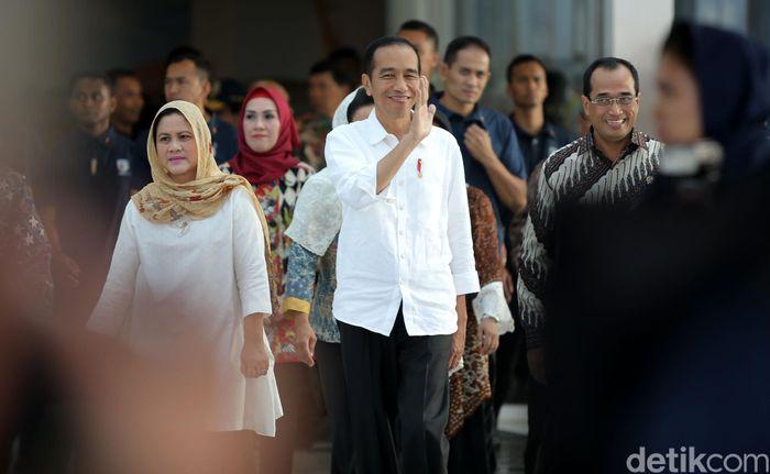 Jokowi tiba di terminal baru Bandara Internasional Ahmad Yani, Kamis (7/6/2018) dan menyapa masyarakat yang hadir disana.