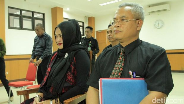Lina Terlihat Hadir di Sidang Cerai Perdana, di Mana Sule?