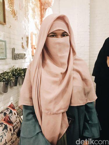 Niqab berwarna dari brand Taqiya.