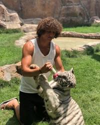 Tak cukup beruang, David Luiz juga memberi susu botol ke anak harimau ini. Wah, hati-hati digigit! (Instagram/David Luiz)