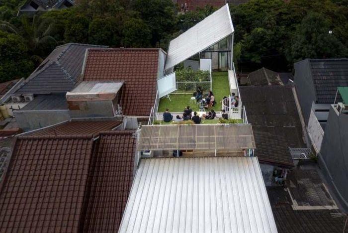 Perusahaan arsitektur Indonesia Studio SA_e baru saja menyelesaikan renovasi sebuah rumah yang telah berkembang dan mengalami banyak ekspansi sejak pemiliknya membeli pertama kali 18 tahun yang lalu. Inhabitat/Istimewa.