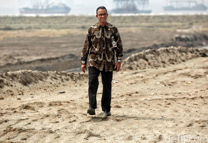 Gubernur Jakarta Anies Baswedan telah menyegel 932 bangunan di Pulau D kawasan reklamasi Teluk Jakarta. Bangunan itu terdiri atas ratusan rumah dan rumah toko.