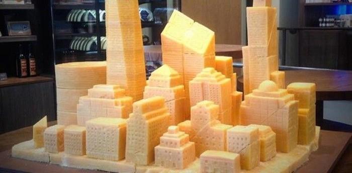 Karya seni yang ini dipamerkan dalam acara Eat the Art berlangsung di New York City Grand Central Station. Keju dalam ukuran besar ini dibentuk seperti kota modern dengan banyak gedung pencakar langit. Foto: Istimewa