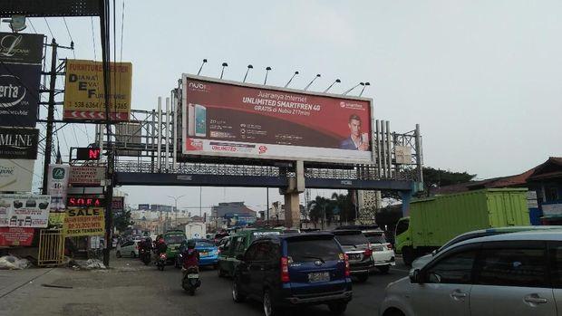 JPO di Jalan Raya Serpong yang disebut tempat spanduk terpasang