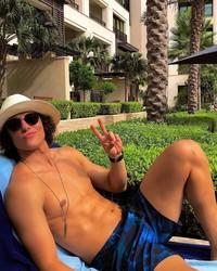 Di Dubai, pria berambut kriwil ini asyik berjemur menikmati hangatnya sinar mentari. (Instagram/David Luiz)