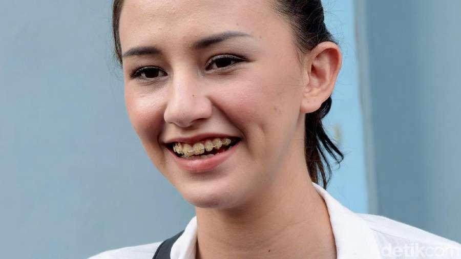 Cerita Dahlia Poland yang Malu Sama Suami Nge-Vape di Pesawat