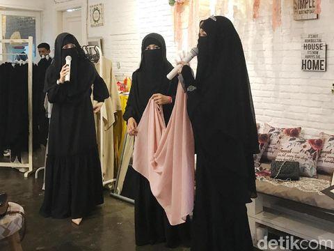 Desainer Diana Nurliana merilis niqab berwarna.