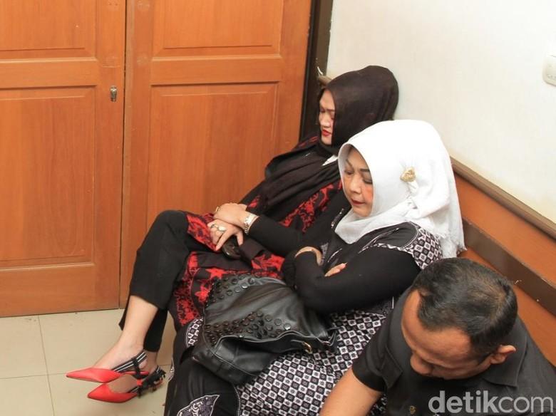 Usai Sidang Cerai, Lina Tak Banyak Bicara