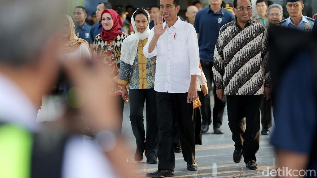 Berkemeja Putih, Jokowi Resmikan Terminal Baru Bandara Semarang