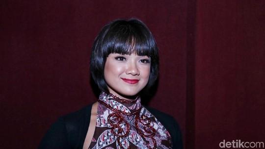 Gaya Nirina Zubir dengan Rambut Berponi