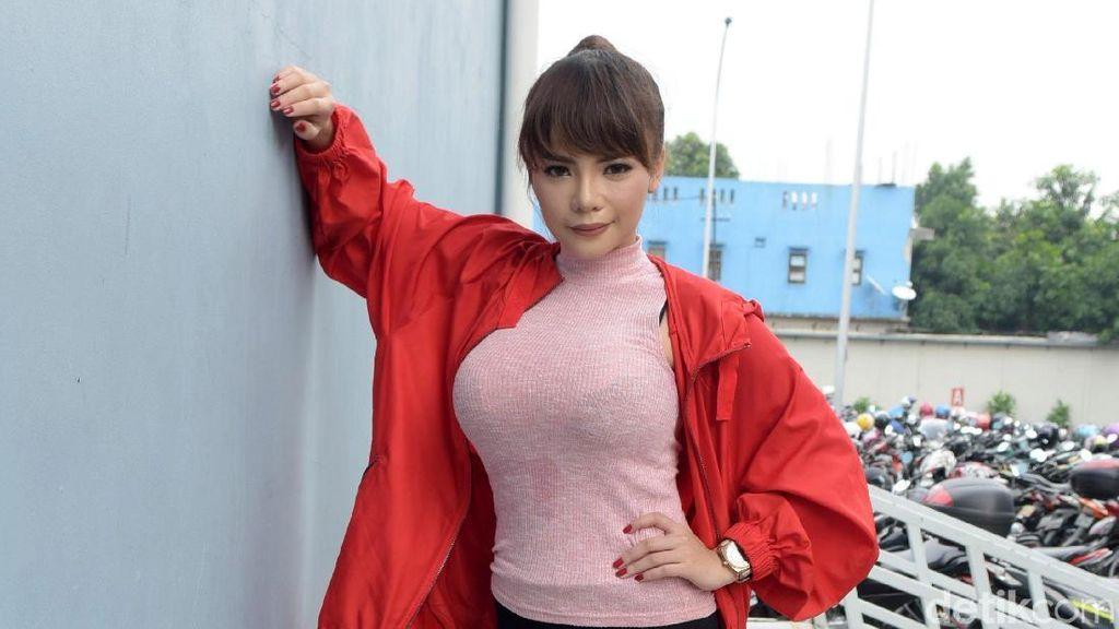 Dinar Candy Penuhi Nazar Berkuda dengan Pakaian Dalam