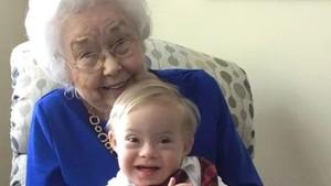 Tahukah Bunda Persamaan Nenek dan Bayi Ini?