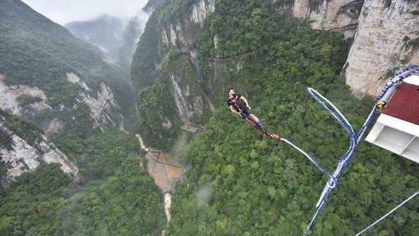 Bungee jumping tertinggi di dunia juga ada di sini. Tak hanya itu, lokasinya juga ada di jembatan kaca tertinggi di dunia. Istimewa/dok.CNN Travel