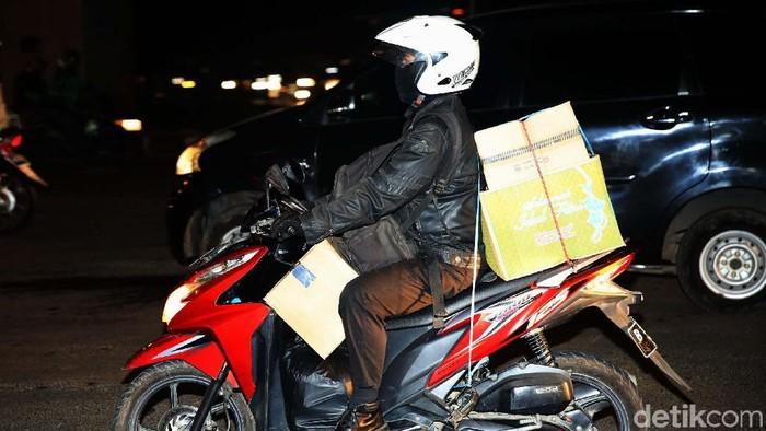 Sejumlah warga telah memulai perjalanan mudiknya dengan sepeda motor. Seperti terlihat di Pangkalan Jati, Kalimalang, Jakarta Timur, Jumat (8/6/2018) malam.