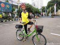 Salikun dengan sepeda bututnya melahap jalur Jakarta-Kebumen di musim mudik tahun ini.