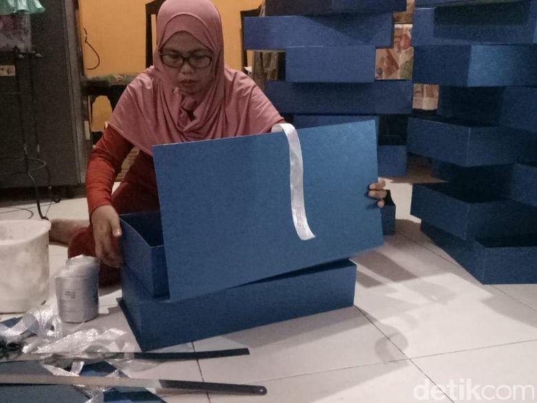 Pengusaha Kotak Kado Ini Banjir Pesanan Jelang Lebaran