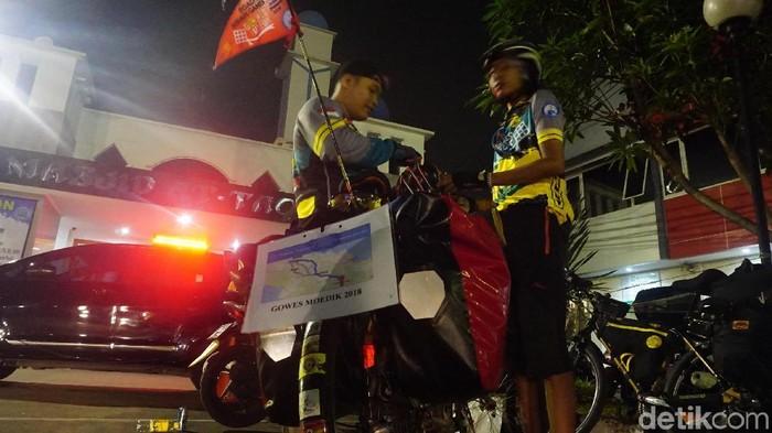 Devan saat bersiap meninggalkan Jakarta, dalam perjalanan mudik naik sepeda butut menuju Tasikmalaya. (Foto: AN Uyung Pramudiarja/detikHealth)
