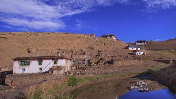 Kantor pos ini menghubungkan lima desa. Jangan kamu bayangkan bahwa pekerjaan tukang pos di sini hanya sekedar mengantar surat dengan sepeda saja. Mereka harus mendaki perbukitan, padang rumput, tebing, melewati sungai dan lembah untuk menjangkau desa-desa yang lokasinya memang terpencil dan berjauhan. (Sandipan Dutta/BBC Travel)