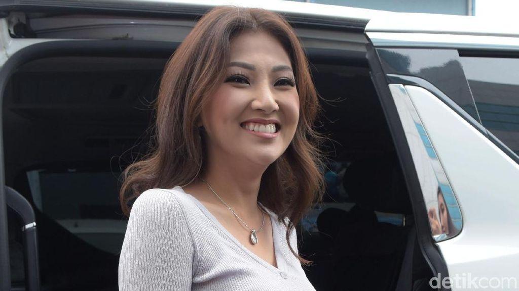 Terbang ke Singapura, Bentuk Support Sarwendah untuk Anak Denada