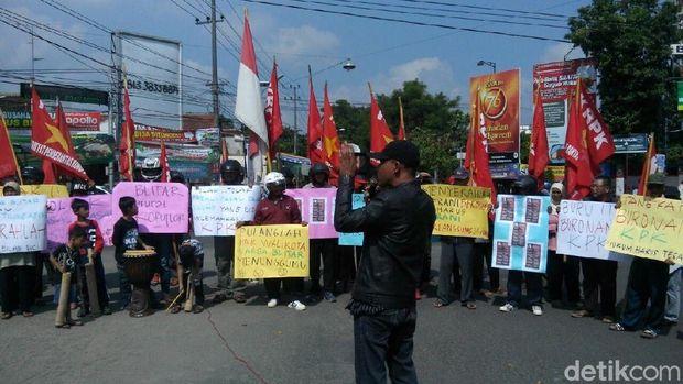 Massa Anti Korupsi Blitar Desak Samanhudi Anwar Menyerahkan Diri