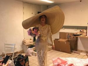 Aneh Bin Ajaib! Artis Ini Pamer Underwear & Pakai Topi Jumbo Saat Nikah