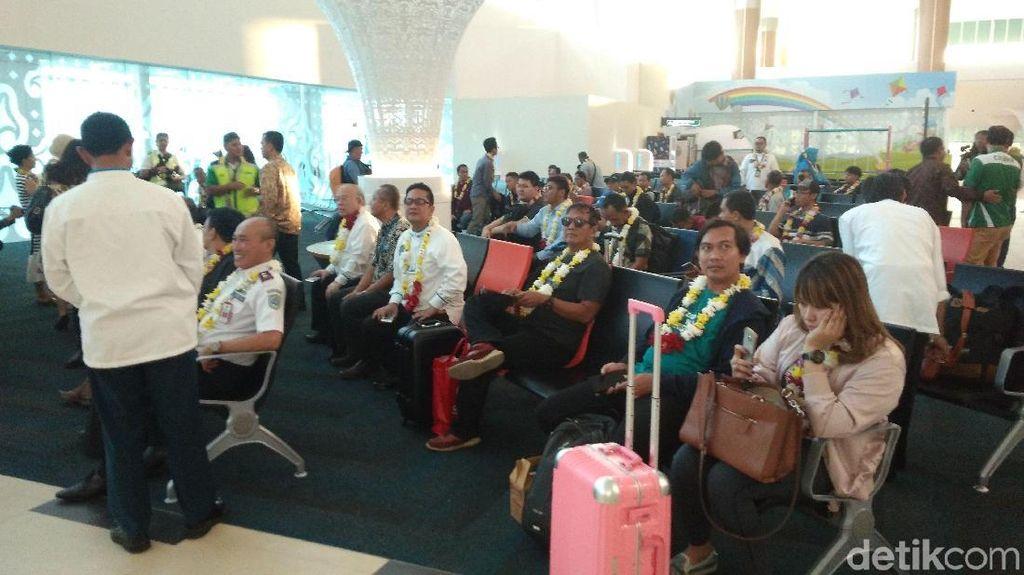 Penerbangan Perdana BIJB Lancar, Antusiasme Penumpang Tinggi