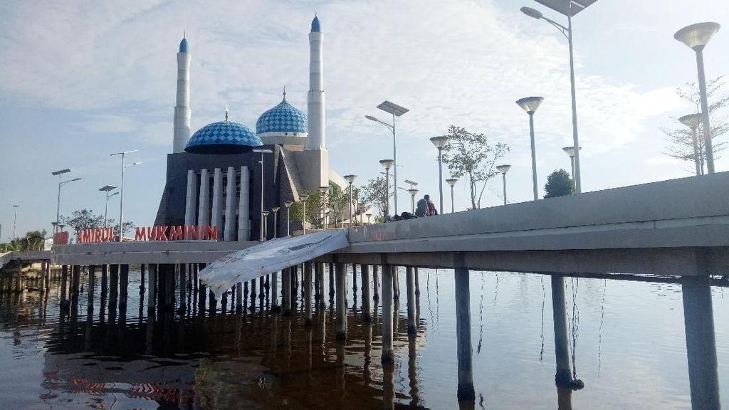 Foto: Masjid Terapung di Makassar yang Mempesona