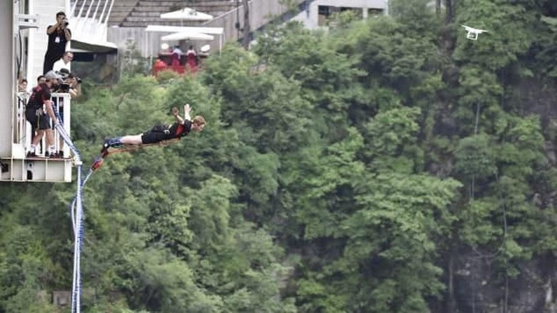 Bungee jumping di Jembatan Kaca Grand Canyon Zhangjiajie (CNN Travel)